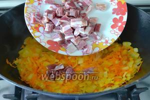 Тем временем, бекон нарезать небольшими кубиками и добавить к овощам. Перемешать и обжарить всё ещё 5-7 минут.
