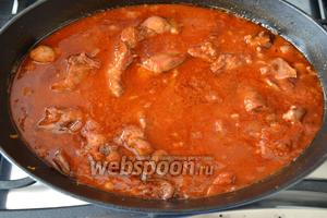 Выложить помидоры в собственном соку (мякоть томатов) к мясу. Накрыть кастрюлю крышкой и тушить кролика в соусе 1 час на слабом огне.