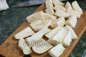 Белые баклажаны нарезаем крупными брусочками.