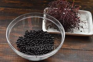 Бузину перебрать, удалить черешки, помятые и испорченные ягоды. Промыть ягоды и стряхнуть влагу.
