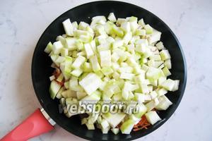 Кабачок помыть, почистить и нарезать кубиками. Добавить на сковороду к остальным ингредиентам. Добавить 50 мл воды, накрыть сковороду крышкой и тушить до готовности всех овощей, периодически перемешивая.