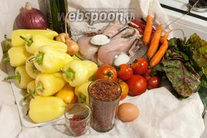 Для приготовления этого фаршированного перца нам понадобится целый «букет» продуктов: сладкий перец небольшого размера, куриное филе, рис красный, ягоды годжи, алый мангольд, 2 вида лука, молодая морковь, яйцо домашнее, соль, сахар и аджика сухая, оливковое масло.