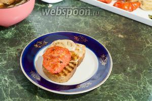 На гренки выкладываем помидор и белый баклажан.