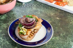 Остальные овощи-гриль (лук-порей и фиолетовый лук) будут ещё и украшением нашего блюда. Приятных гастрономических впечатлений!
