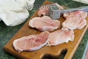 Аккуратно отобьём кусочки свинины с двух сторон.