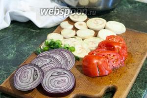 Нарежем кружочками все овощи: белый баклажан, помидор, лук-порей, лук фиолетовый.