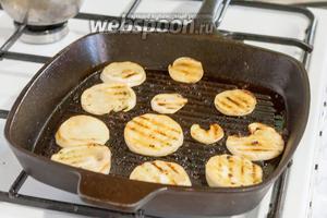 На этой же сковороде обжариваем остальные продукты. Первыми будут подсоленные белые баклажаны.