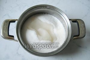 Приготовить сироп. Налить в кастрюлю воду, довести до кипения и постепенно всыпать сахар.