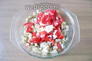 Чеснок измельчить и также добавить в салат.