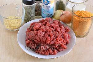 Подготовьте необходимые ингредиенты для приготовления котлет: фарш из говядины, молоко, рисовые хлопья (можно заменить на 150 г хлебного мякиша), соль, перец, лук, сушёную зелень (по желанию) и панировочные сухари. Также понадобится некоторое количество рафинированного растительного масла.
