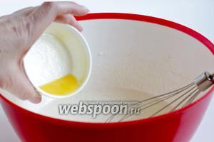 Добавить ко взбитым яйцам растительное масло и топлёное сливочное. Взбить ещё раз.