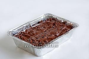 Вылить тесто в форму и выпекать в разогретой до 180°С духовке до сухой спички, примерно 40 минут.