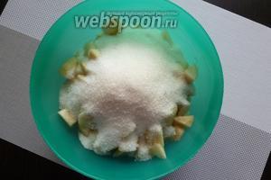 Груши вымоем и почистим от кожицы и семенной коробочки. Нарежем груши кусочками, засыплем сахаром и оставим на 10-12 часов.