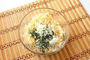 Сыр трём на средней тёрке с чесноком, добавляем майонез, укроп и перемешиваем.