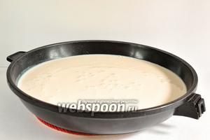 Выливаем ряженку в посуду с толстым дном. На этот раз я взяла сковороду, для того, чтобы процесс испарения шёл быстрее.