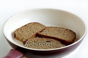 Хлеб нарезать толщиной в 1 см и обжарить в малом количестве масла (лишь намёк) до хрустящей корочки. Быстро пройтись зубчиком чеснока по хрустящей поверхности, чтобы только обозначить аромат.