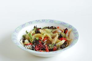 Смешать лук, перец, зелень, оливки. Слегка полить оливковым маслом и довести до вкуса, если нужно подсолив и посыпав перцем.