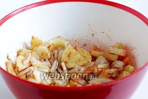 В удобной ёмкости смешать нарезанные лук, картошку, морковку. Добавить разведённую томатную пасту, сахар, соль, специи для мяса. Полить всё растительным маслом, добавить чёрный перец и хорошенько всё перемешать.