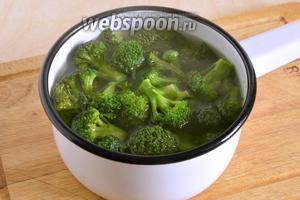 Брокколи отварите в кипящей, немного подсоленной воде, минуты 2.