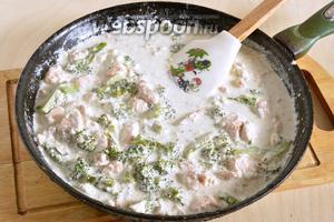 Готовьте на небольшом огне, слегка помешивая, ещё минут 5-7. Если любите полностью приготовленную брокколи, а не «al dente», готовьте минут 10. Голец в сливочном соусе с брокколи готов! На гарнир можно подать отварной рис или пасту. Приятного аппетита!