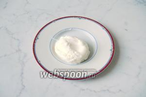 Готовое яйцо пашот достаем из стакана с водой.
