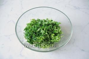Петрушку помыть, слегка просушить, нарезать и добавить к остальным ингредиентам салата.