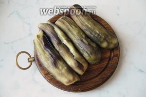 Запечённые баклажаны охладите, очистите и разрежьте на 2 части вдоль.