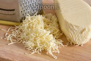 Натрите сыр на средней тёрке.
