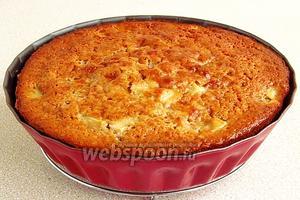 Выпекать в течение 40–50 минут при температуре 200°С. Плиту выключить, но форму с пирогом не вынимать. При открытой дверке духовки, пирог оставить до полного остывания.