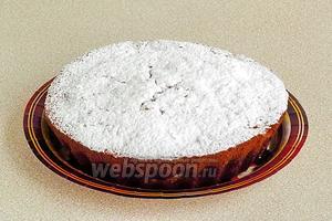 Готовый пирог обильно посыпать сахарной пудрой.