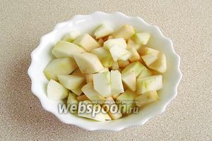 Очищенные от кожицы и семян яблоки нарезать небольшими кубиками.