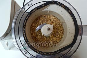 50 г орехов перемелем и отложим на время в сторонку.