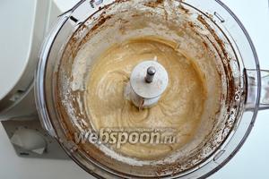 Всыпаем молотый кофе, корицу, просеянную муку и разрыхлитель, и снова взбиваем.