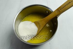 В яично-масляную смесь добавить сахар. Перемешать.