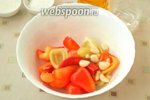 Болгарский перец разрезать, удалить семена, почистить чеснок. У острого перца отрезать хвостик и по желанию удалить семечки. Если семечки оставить, то закуска будет более острая по вкусу, решайте сами, как вам удобнее.