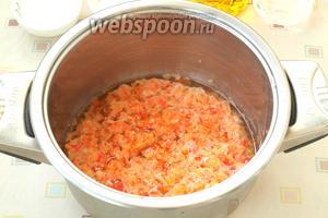 Переложить перечную смесь в кастрюлю с толстым дном, добавить кукурузное масло и уксус. Довести смесь до кипения.