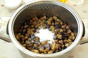 Переложить баклажаны в кастрюлю, добавить 1 ч. л. соли и 1 ст. л. сахара. Перемешать овощную смесь и кипятить 10 минут.