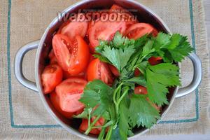 Крупные томаты моем и режем на 4 части. Доливаем в кастрюлю 500 мл воды и ставим варить. Стебли сельдерея свяжем нитью и опустим в кастрюлю.