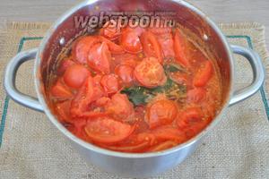 Когда томаты разварились, сельдерей удалим из кастрюли.
