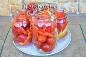 Пока сок доваривается, в стерильные банки разложим перец и помидоры, и добавим специи.