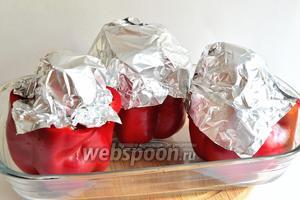 Сверху каждый перец с перепёлкой обернуть фольгой. Запекаем при 200°С 45 минут. Потом снять фольгу и запекать ещё 15-20 минут при температуре 220°С.