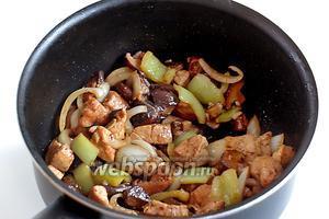 Готовое блюдо посыпать кунжутом и украсить мелко нарезаным зелёным луком.
