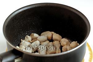 В смеси кунжутного и другого растительного масла обжарить куриное филе.
