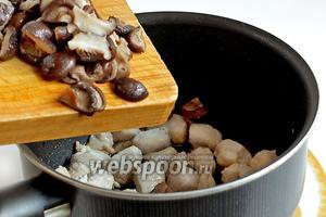 Добавить грибы. Влить 1 ложку соевого соуса, немного грибной воды и щепоть сахара. Закрыть крышкой и дать провариться до испарения жидкости.