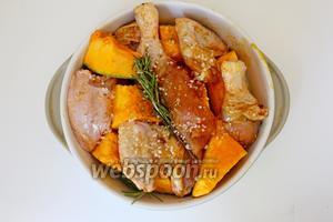 В форму выложить кусочки курицы, тыквы, присыпать крупной морской солью и полить небольшим количеством оливкового масла.