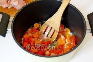 Обжарить овощи на сливочном масле в течение 3-4 минут.