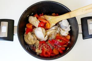 Добавить кусочки курицы и жарить вместе 4-5 минут.