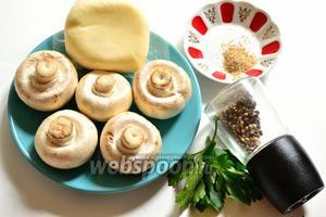 Подготовим продукты: грибы шампиньоны (желательно выбрать крупные), сыр Сулугуни, специи уцхо-сунели или хмели-сунели, немного чёрного перца и зелень для украшения. Моя порция состоит из 4 грибов.