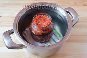 Отправляем банки с баклажанами стерилизоваться в горячей воде в течение 30 минут. Для этого необходимо на дно кастрюли положить полотенце или тканевую салфетку, нагреть воду, а затем ставить в неё банки.