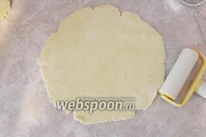 Тесто разделить на 4 части, каждую раскатать в тонкий пласт.